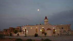 Panorama blanco de la mezquita en un ?rea residencial en el Medio Oriente con un cielo azul durante puesta del sol durante el tod almacen de metraje de vídeo