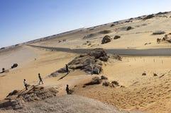 Panorama blanco de las montañas del desierto con un camino que corre al horizonte Imagen de archivo