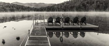 Panorama blanco y negro del muelle del lago heart Fotografía de archivo