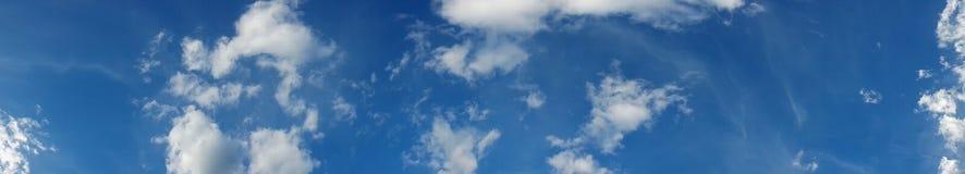 Panorama, blauer Himmel und Wolken über Horizont Stockfotos