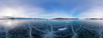 360 panorama blauw die ijs van Meer Baikal met barsten, bewolkt weer bij s wordt behandeld Stock Fotografie