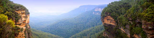 Panorama bleu de montagnes Images stock