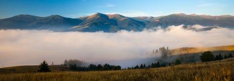 Panorama bleu de montagnes image stock