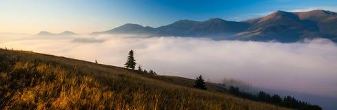 Panorama bleu de montagnes image libre de droits