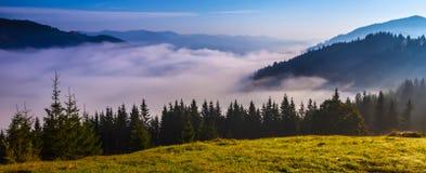 Panorama bleu de montagnes photos stock