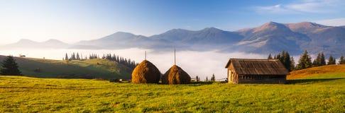 Panorama bleu de montagnes photo libre de droits