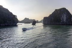 Panorama bonito da baía longa do Ha que desce o destino popular do turista de Dragon Bay em Ásia vietnam fotografia de stock
