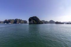 Panorama bonito da baía longa do Ha que desce o destino popular do turista de Dragon Bay em Ásia vietnam imagem de stock