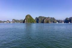 Panorama bonito da baía longa do Ha que desce o destino popular do turista de Dragon Bay em Ásia vietnam imagem de stock royalty free