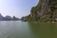 Panorama bonito da baía longa do Ha que desce o destino popular do turista de Dragon Bay em Ásia vietnam foto de stock