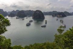 Panorama bonito da baía longa do Ha que desce o destino popular do turista de Dragon Bay em Ásia vietnam imagens de stock