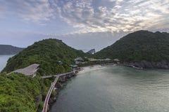Panorama bonito da baía longa do Ha que desce o destino popular do turista de Dragon Bay em Ásia vietnam imagens de stock royalty free