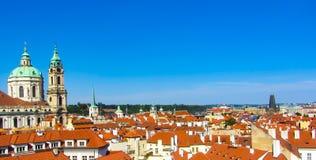 Panorama bonito da cidade, telhados vermelhos, e céu azul praga fotos de stock royalty free