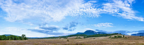 Panorama bonito da paisagem com nuvens flocosas Fotos de Stock