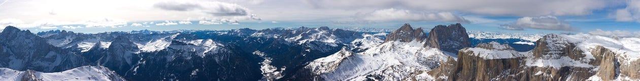 Panorama bonito da paisagem da montanha do inverno fotografia de stock royalty free
