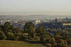 Panorama bonito da paisagem de HDR de Praga com o castelo do vysehrad tomado do monte de Zvahov fotografia de stock royalty free