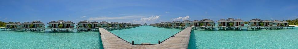 Panorama bonito de bungalows excedentes da água na ilha tropical em Maldivas Fotos de Stock