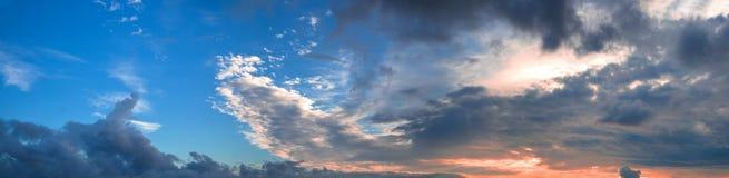 Panorama bonito do céu azul da noite com nuvens coloridas fotos de stock