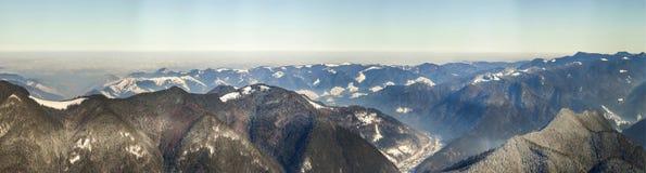 Panorama bonito do inverno com neve fresca Paisagem com abeto vermelho Fotos de Stock Royalty Free