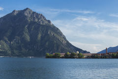 Panorama bonito do lago no lovere norte de Italia Imagens de Stock