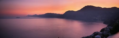 Panorama bonito do mar do por do sol fotografia de stock royalty free
