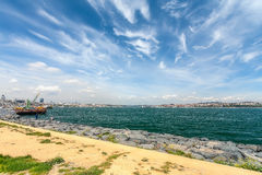 Panorama Bosphorus z statkami i rybakami Obrazy Stock