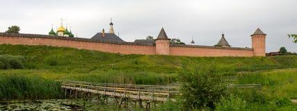 Panorama of the bridge over the river Kamenka and the Spaso-Evfiemievskom monastery in Suzdal. Russia. Stock Photo