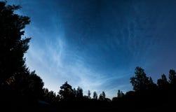 Panorama brillant de nuages de nuit Image libre de droits