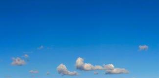 Panorama brillante del cielo con algunas nubes Foto de archivo libre de regalías