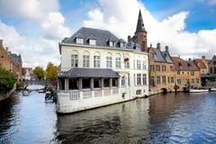 Panorama Bruges. Domy odbijający w kanał wodzie. Obraz Stock