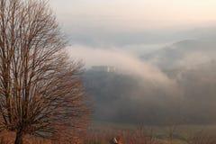 Panorama brumeux d'hiver de Langhe Image de couleur photographie stock
