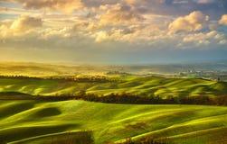 Panorama brumeux de la Toscane, Rolling Hills, champs, pré l'Italie Photo stock