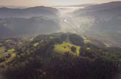 Panorama brumoso del paisaje Salida del sol soñadora fantástica en moun rocoso Imágenes de archivo libres de regalías