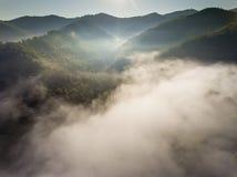 Panorama brumoso del paisaje Salida del sol soñadora fantástica en moun rocoso Imagen de archivo libre de regalías