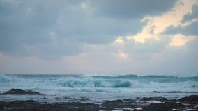 Panorama brzeg ocean podczas Ponurej pogody sztormowej z silnymi fala i dramatycznym niebem zbiory