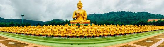Panorama-Buddha-Bild von Lord Buddha unter den 1.250 Mönchen, das Symbol von Tag Magha Puja, Buddha-Gedenkpark, Nakorn-nayok Stockfotografie