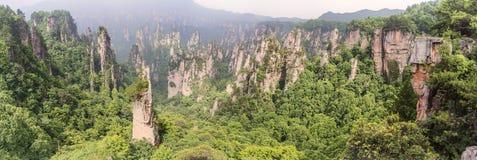 Panorama: Cársico da coluna da montanha de Tianzi na área cênico de Wulingyuan, Zhangjiajie Forest Park nacional, Hunan, China imagem de stock