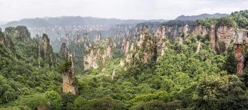 Panorama: Cársico da coluna da montanha de Tianzi na área cênico de Wulingyuan, Zhangjiajie Forest Park nacional, Hunan, China imagem de stock royalty free