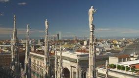 Panorama célèbre 4k Italie de montagnes de paysage urbain de dessus de toit de duomo de Milan de jour ensoleillé banque de vidéos