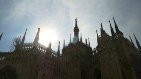Panorama célèbre léger ensoleillé 4k Italie de postérieur de dessus de toit de cathédrale de duomo de Milan banque de vidéos