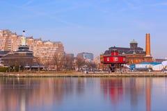 Panorama céntrico de Baltimore con el faro de la loma de siete pies y aguas del puerto interno debajo del hielo, Maryland los E.E foto de archivo libre de regalías