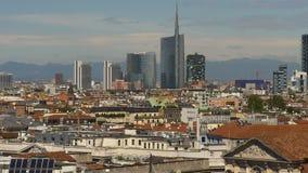 Panorama céntrico 4k Italia de los rascacielos del paisaje urbano de la luz del día de verano de Milán almacen de video