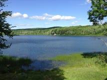 Panorama cênico do lago em um dia de verão calmo em Maine EUA imagens de stock royalty free