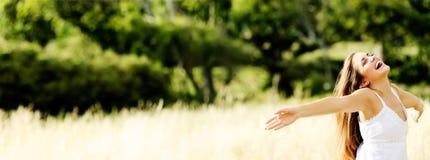 Panorama- Carefree kvinna royaltyfri foto