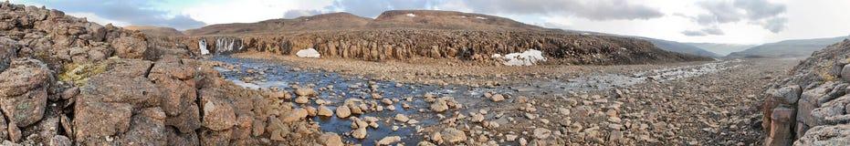 Panorama. Cascada en la fuente del río. Imagen de archivo libre de regalías