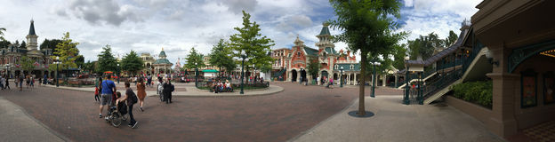 Panorama central de plaza de parc de Disneyland Photos stock