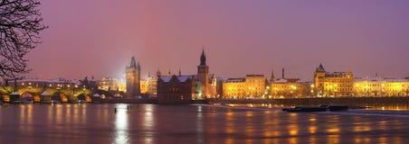 Panoramat av Charles överbryggar på natten Arkivfoto