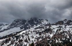 Panorama chmurna wiosny pogoda w dolomit górach Zdjęcia Stock