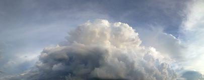 Panorama ciemny i chmurny niebo w porze deszczowa Obrazy Stock