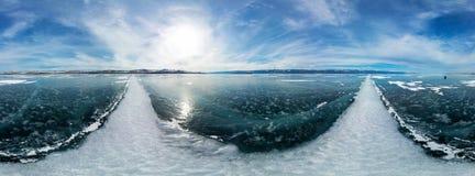 Panorama cilíndrico 360 grietas blancas grandes en el hielo del lago B Fotos de archivo libres de regalías